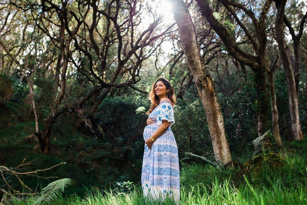 photo d'une femme dans la nature durant sa grossesse